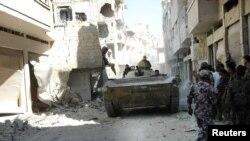 دبابة للجيش السوري في حي الخالدية بحمص