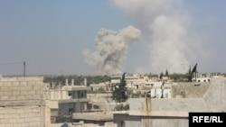 Облако дыма от разрывающихся снарядов в сирийской провинции Идлиб. Иллюстративное фото.