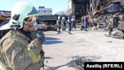 Рятувальники розбирають завали на місці пожежі, 14 березня 2015 року