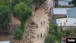 Последствия схода селевого потока в микрорайоне Каргайлы Наурызбайского района Алматы, 23 июля 2015 года.