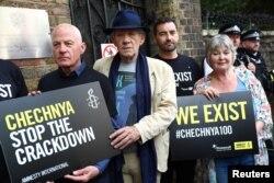 Представителей чеченского ЛГБТ-сообщества поддержали во всем мире. В Лондоне на акцию в их поддержку вышел знаменитый актер Иэн Маккеллен