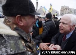 Революція гідності. Американський сенатор Джон Маккейн на майдані Незалежності в Києві, 15 грудня 2013 року
