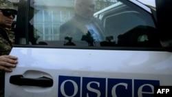 Члени місії ОБСЄ залишають адміністративну будівлю у Слов'янську на Донеччині, 27 квітня 2014 року