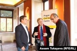 Қырғыз экономисі Азамат Аттокуров (сол жақта), «Аспарез» журналистер клубының төрағасы Левон Барсегян (оң жақта) Прагадағы семинарда пікір таластырып жатыр. 27 қазан 2016 жыл.