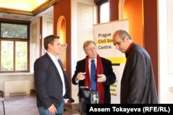 Кыргызский экономист Азамат Аттокуров (слева), председатель журналистского клуба «Аспарез» Левон Барсегян (справа) дискутируют на семинаре в Праге. 27 октября 2016 года.