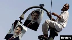 Сторонники Мохаммеда Мурси вывесили его портреты на фонарный столб