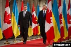 Президент України Петро Порошенко (ліворуч) та прем'єр-міністр Канади Стівен Гарпер під час зустрічі в Оттаві. Вересень 2014 року