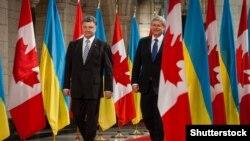 Президент України Петро Порошенко (ліворуч) разом із прем'єр-міністром Канади Стівеном Гарпером під час офіційного візиту до цієї країни, вересень 2014 року