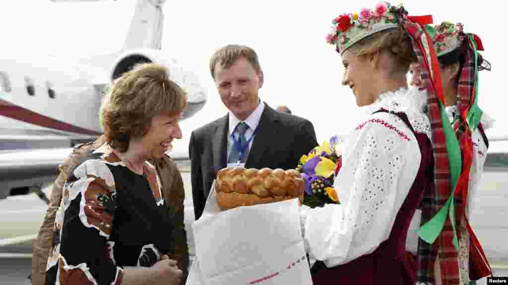 Еуропа Одағының сыртқы саясат жөніндегі жоғары комиссары Кэтрин Эштонды қарсы алу.Минск, 26 тамыз 2014 жыл.