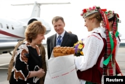 Кэтрин Эштон встречают в Минске хлебом-солью