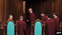 Судді Конституційного Суду України залишають залу засідань. Київ, 8 квітня 2010 року