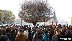 Граждане протестуют перед зданием правительства против повышения цен на продукты питания, Ереван, 19 декабря 2014 г.