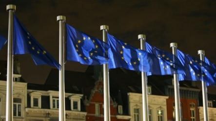 Drapelele UE la sediul Comisiei Europene din Bruxelles