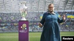 В Киеве многие хотели сфотографироваться рядом с Кубком, который получит победитель Евро-2012