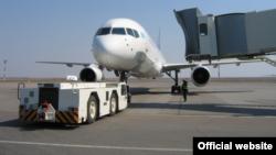 Самолёт на взлётно-посадочной полосе аэропорта Астаны. Иллюстративное фото.
