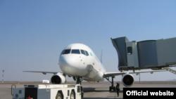 Пассажирский самолет в аэропорту Астаны.