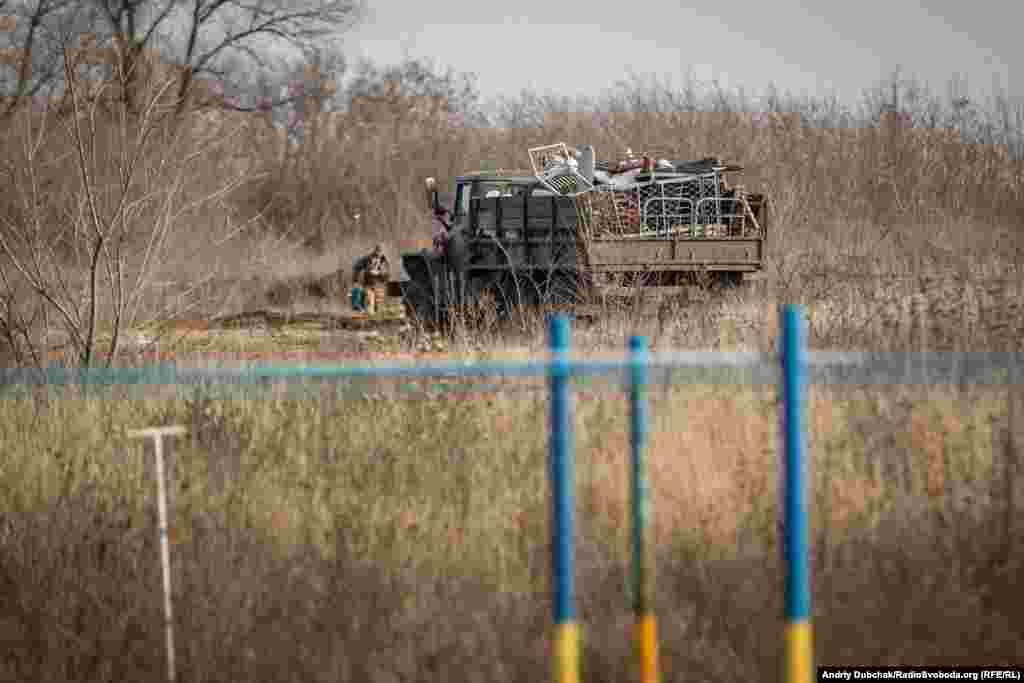 Армійські підрозділи все ще перевозять речі й облаштовуються у нових бліндажах навколо КПВВ
