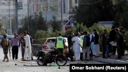 Жарылыс болған жерде тұрған адамдар. Кабул, 9 қыркүйек 2018 жыл. (Көрнекі сурет.)
