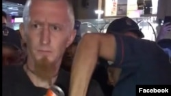 Ոստիկաններն ուժի գործադրմամբ փողոցային երաժիշտին հեռացնում են Երևանի Հյուսիսային պողոտայից
