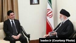Türkmenistanyň prezidenti G.Berdimuhamedow (ç) we Eýranyň baş ruhany lideri Aýatolla ali Hamenei (s), Tähran, 22-nji noýabr, 2015