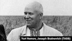 """În iulie 1956, într-o vizită în Kazahstan, Nikita Hrușciov poartă o cămașă tradițională ucraineană. Liderul """"destalinizării"""" Uniunii Sovietice s-a născut în 1894, în satul Kalinovka, la 11 kilometri de granița Rusiei cu Ucraina."""