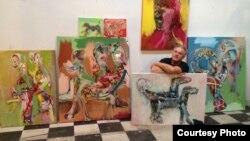"""Македонскиот сликар Сергеј Андреевски со делата од својот најнов циклус """"Кучиња""""."""