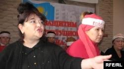 """Алия Турдиева (слева), активист движения заемщиков ипотечных кредитов """"Оставим народу жилье!""""."""