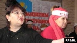 «Халыққа баспанасын қалдырайық» қозғалысының белсендісі Әлия Тұрдиева (сол жақта).