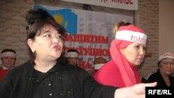Члены движения «Оставим народу жилье» Алия Турдиева, Карлыгаш Сыздыкова приостановили голодовку протеста. Алматы, 2 февраля 2009 года.
