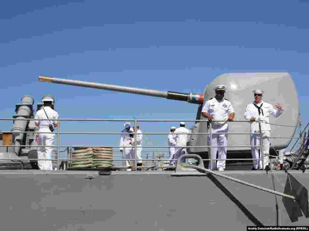 Одна з двох корабельних гарматних систем MK 86