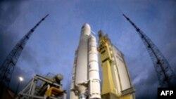 موشک آريان پنج در ساعت چهار و ۳۰ دقيقه به وقت گرينويچ، از پايگاه فضايی اروپايی در کورو در گينه فرانسه، در آمريکای جنوبی، به فضا پرتاب شد.( عکس: AFP)