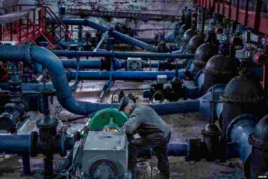 Юрієві Зеленському 64 роки. Він працює на головній насосній станції у Торецьку Донецької області – чоловік ремонтує труби та насоси. Навіть коли йде обстріл, Юрій спокійно виконує свою роботу, яка, на його думку, є життєво важливою для жителів регіону. «Немає води – немає опалення», – каже він.