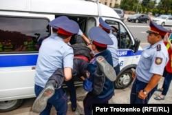 Полицейские задерживают граждан в центре Алматы, где ожидался несанкционированный митинг. 10 июня 2019 года.