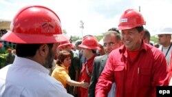 Александр Лукашенко надеется, что заменить в перспективе российскую нефть ему помогут друзья Москвы Махмуд Ахмадинеджад (слева) и Уго Чавес
