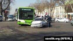 Toshkent ko'chalarida yo'lovchi avtobuslar bir-biri bilan poyga qilayotgani har kungi manzaraga aylangan.