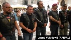 Казаки и байкеры на улице в Черногории в сентябре 2016 года