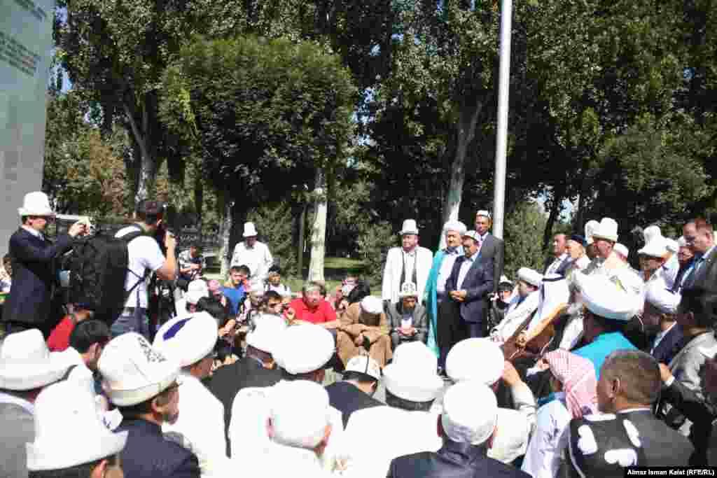 Участники конференции прочитали молитву у памятника героям апрельских событий у Белого Дома