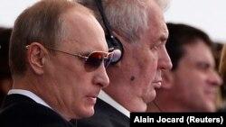 Зліва напрвао: Володимир Путін і Мілош Земан. Франція, 6 червня 2014 року