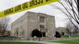 Будівля в кампусі Вірджинського технологічного університету, обгороджене поліцією після розстрілу студентів 19 квітня 2007 року