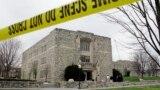 Здание в кампусе вирджинского технологического университета, огороженное полицией после расстрела студентов 19 апреля 2007 года