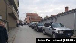 Возилата на ЕУЛЕКС пред куќата на поранешниот портпарол на ОВК, Јакуп Красниќи во Приштина, 04.11.2020.