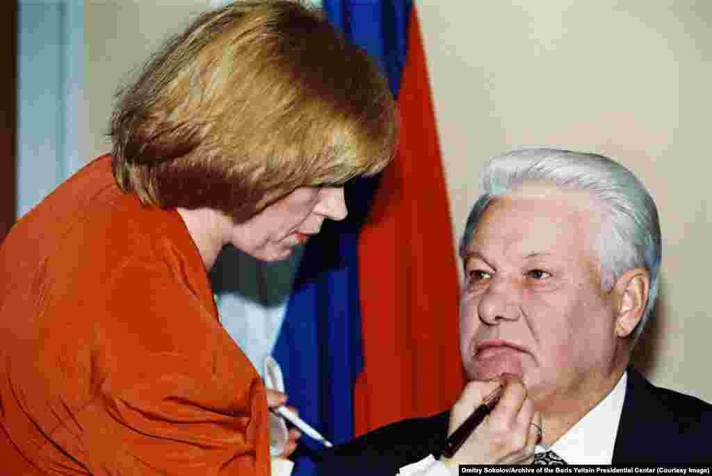 Ельцину наносят грим перед телеобращением в Кремле в августе 1995 года
