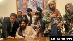 Талибанци во авганистанската претседателска палата откако авганистанскиот претседател Ашраф Гани избега од земјата, Кабул, 15 август 2021 година.