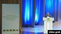 Прославившаяся своими панегириками в честь первого президента Туркменистана поэтесса Гозель Шагулыева ещё с большей страстью возвеличивает и второго президента, а также его любимого коня и собаку.