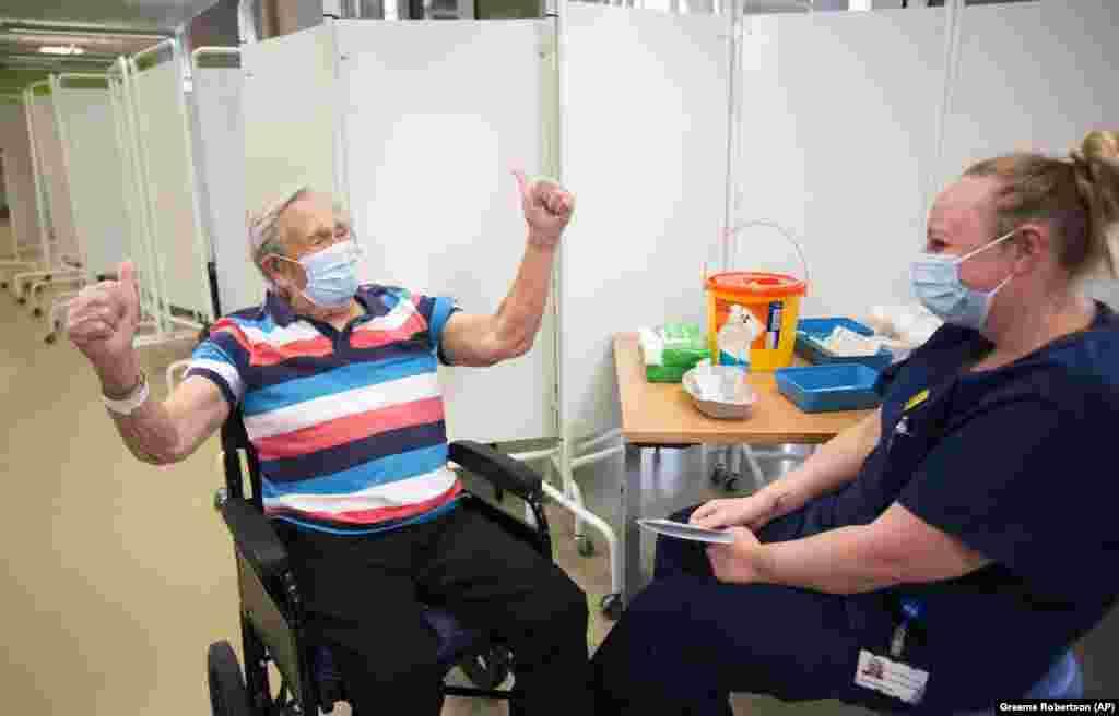 Генри (Джек) Воукс, 98 лет, реагирует на введение вакцины Pfizer/BioNTech COVID-19 в больнице Саутмид. Бристоль, Англия, 8 декабря 2020 года