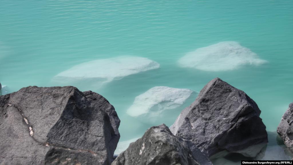 В озере нет ничего живого, хотя до того, как Красное озеро превратили в место для слива отходов, тут обитало большое количество разнообразных птиц. Об этом корреспонденту Крым.Реалии рассказали местные жители