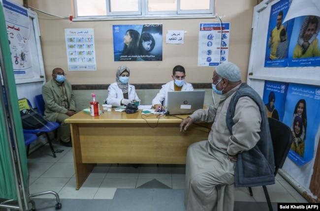Вакцинация российской вакциной Sputnik V в лагере палестинских беженцев