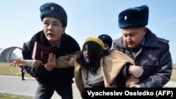 Милиция задержала участниц шествия. 8 марта 2020 года.