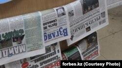 """Газета """"Взгляд"""" на прилавке торговца газетами. 27 ноября 2012 года. Фото с сайта Forbes.kz."""