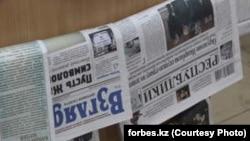 """Оппозициялық """"Взгляд"""" және """"Голос Республики"""" газеттері газет сататын жерде ілініп тұр. 27 қараша 2012 жыл. Сурет forbes.kz сайтынан алынды."""